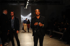 纽约, NY - 10月21日:在2个(X) IST时装表演期间的整体一般大气和LaForce史蒂文斯PR运作的frontstage 免版税图库摄影