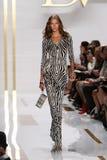 纽约, NY - 9月08日:在戴安娜冯Furstenberg时装表演期间,卡莉・克劳斯走跑道 免版税库存图片