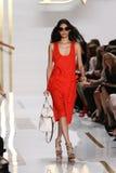 纽约, NY - 9月08日:在戴安娜冯Furstenberg时装表演期间,模型走跑道 免版税库存照片