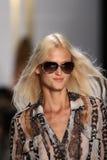 纽约, NY - 9月08日:在戴安娜冯Furstenberg时装表演期间,模型走跑道 图库摄影