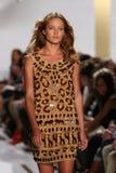 纽约, NY - 9月08日:在戴安娜冯Furstenberg时装表演期间,模型走跑道 库存照片