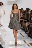 纽约, NY - 9月08日:在戴安娜冯Furstenberg时装表演期间,模型走跑道 库存图片