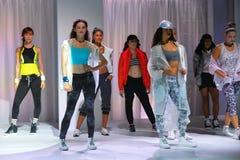 纽约, NY - 9月03日:在Athleta跑道展示期间,模型在跑道摆在 免版税库存图片