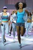 纽约, NY - 9月03日:在Athleta跑道展示期间,模型执行 库存图片