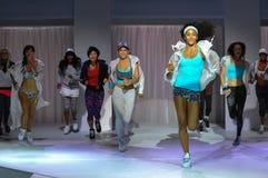 纽约, NY - 9月03日:在Athleta跑道展示期间,模型执行 免版税库存图片