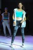 纽约, NY - 9月03日:在Athleta跑道展示期间,模型走跑道 图库摄影