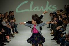 纽约, NY - 10月19日:在Clarks预览期间,模型在跑道执行 图库摄影