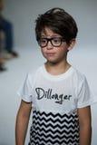 纽约, NY - 10月19日:在Dillonger衣物预览期间,模型走跑道 免版税库存图片