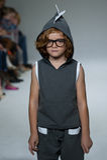 纽约, NY - 10月19日:在Dillonger衣物预览期间,模型走跑道 免版税图库摄影