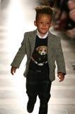 纽约, NY - 5月19日:埃及教务长步行拉尔夫・洛朗秋天14儿童的时装表演的跑道 免版税图库摄影