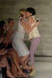 纽约, NY - 9月06日:女演员凯莉・鲁瑟福和在跑道的设计师儿子Jung苍白容忍 库存照片