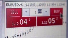 纽约, NY - 2016年5月15日:宏观显示器陈列买卖与用户移动的游标的币值波动指向 股票视频