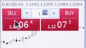 纽约, NY - 2016年5月15日:宏观观点的一个金融服务站点的用户,有`出售`和`购买`象&货币形象的 股票视频