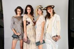 纽约, NY - 9月06日:小组模型摆在塞尔焦达维拉时尚介绍 免版税图库摄影