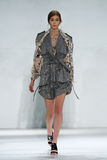 纽约, NY - 9月05日:式样伊芙Delf步行齐默尔曼时装表演的跑道 图库摄影