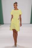 纽约, NY - 9月08日:式样凯特Grigorieva步行卡罗来纳州赫雷拉时装表演的跑道 免版税图库摄影