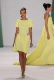 纽约, NY - 9月08日:式样凯特Grigorieva步行卡罗来纳州赫雷拉时装表演的跑道 免版税库存照片