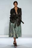 纽约, NY - 9月05日:式样安雅洛伊恩贝格尔步行齐默尔曼时装表演的跑道 免版税库存照片