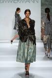 纽约, NY - 9月05日:式样安雅洛伊恩贝格尔步行齐默尔曼时装表演的跑道 库存照片