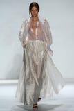 纽约, NY - 9月05日:式样约瑟芬Skriver步行齐默尔曼时装表演的跑道 库存照片