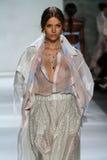 纽约, NY - 9月05日:式样约瑟芬Skriver步行齐默尔曼时装表演的跑道 免版税图库摄影