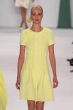 纽约, NY - 9月08日:式样茱莉亚Frauche步行卡罗来纳州赫雷拉时装表演的跑道 免版税库存照片