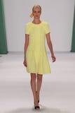 纽约, NY - 9月08日:式样茱莉亚Frauche步行卡罗来纳州赫雷拉时装表演的跑道 库存照片