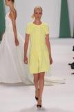 纽约, NY - 9月08日:式样茱莉亚Frauche步行卡罗来纳州赫雷拉时装表演的跑道 免版税库存图片