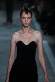纽约, NY - 9月09日:式样莉娜麻雀Vorobeva步行Marc的跑道由马克・雅各布斯时装表演 免版税库存图片