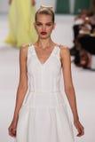 纽约, NY - 9月08日:式样达芬妮・葛洛妮维尔德走跑道在卡罗来纳州赫雷拉时装表演 免版税库存照片