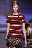 纽约, NY - 9月07日:式样马格达莱纳Jasek步行DKNY春天2015时尚汇集的跑道 免版税库存图片