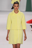 纽约, NY - 9月08日:式样戴安娜摩尔多瓦步行卡罗来纳州赫雷拉时装表演的跑道 免版税图库摄影