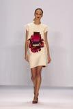纽约, NY - 9月08日:式样黛莉雅・斯托寇思走跑道在卡罗来纳州赫雷拉时装表演 库存照片