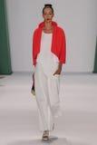 纽约, NY - 9月08日:式样Alana齐默尔步行卡罗来纳州赫雷拉时装表演的跑道 库存照片