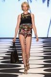 纽约, NY - 9月05日:式样Aloysha Kovalyova步行齐默尔曼时装表演的跑道 免版税库存图片
