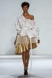 纽约, NY - 9月05日:式样Aloysha Kovalyova步行齐默尔曼时装表演的跑道 免版税库存照片