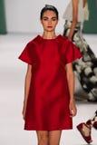 纽约, NY - 9月08日:式样Antonina Vasylchenko步行卡罗来纳州赫雷拉时装表演的跑道 免版税图库摄影