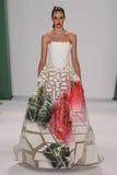 纽约, NY - 9月08日:式样Auguste Abeliunaite步行卡罗来纳州赫雷拉时装表演的跑道 库存图片