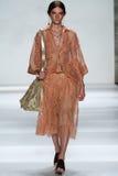 纽约, NY - 9月05日:式样Carly穆尔步行齐默尔曼时装表演的跑道 免版税库存照片
