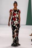纽约, NY - 9月08日:式样Cora伊曼纽尔步行卡罗来纳州赫雷拉时装表演的跑道 免版税图库摄影