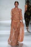纽约, NY - 9月05日:式样Hollie 5月Saker步行齐默尔曼时装表演的跑道 库存照片