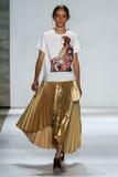 纽约, NY - 9月05日:式样Iekeliene斯唐厄步行齐默尔曼时装表演的跑道 图库摄影