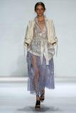 纽约, NY - 9月05日:式样Iekeliene斯唐厄步行齐默尔曼时装表演的跑道 免版税库存照片