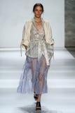 纽约, NY - 9月05日:式样Iekeliene斯唐厄步行齐默尔曼时装表演的跑道 库存照片