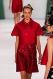 纽约, NY - 9月08日:式样Ieva拉古纳步行卡罗来纳州赫雷拉时装表演的跑道 图库摄影