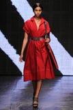 纽约, NY - 9月08日:式样Imaan哈马姆步行唐娜Karan春天2015时尚汇集的跑道 免版税库存图片