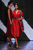 纽约, NY - 9月08日:式样Imaan哈马姆步行唐娜Karan春天2015时装表演的跑道 库存照片