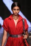 纽约, NY - 9月08日:式样Imaan哈马姆步行唐娜Karan春天2015时装表演的跑道 免版税库存照片