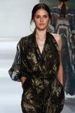 纽约, NY - 9月05日:式样Iuliia Danko步行齐默尔曼时装表演的跑道 免版税库存图片