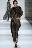 纽约, NY - 9月05日:式样Kamila汉森步行齐默尔曼时装表演的跑道 免版税库存照片